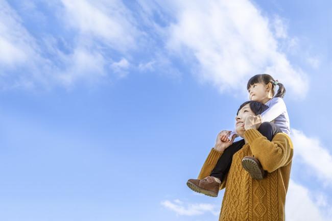 空を見上げる親子