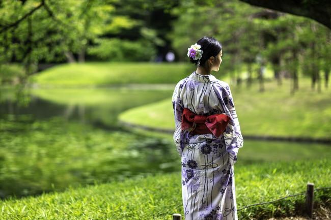 美しい庭を見つめる女性