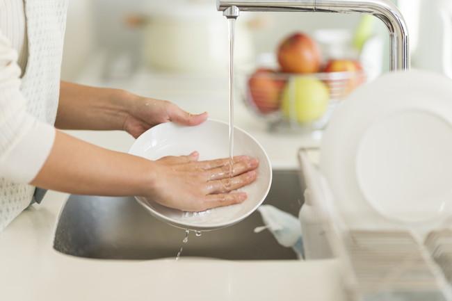 食器洗いをする手