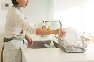 主婦が洗い物をする様子
