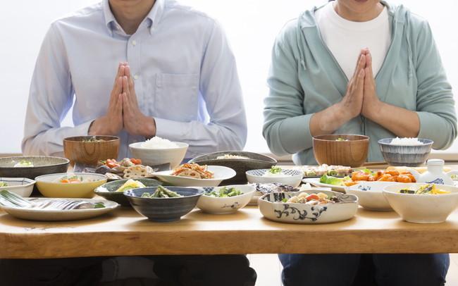 夫婦で和食を食べる様子