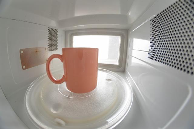 電子レンジの中のマグカップ