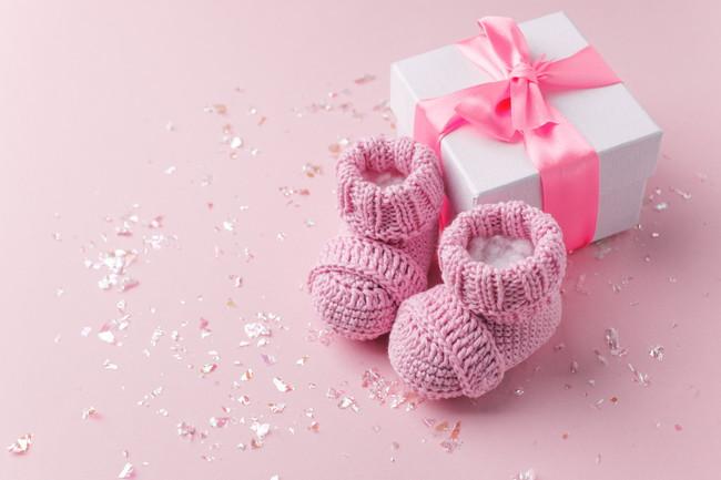 プレゼントと赤ちゃん用の靴下