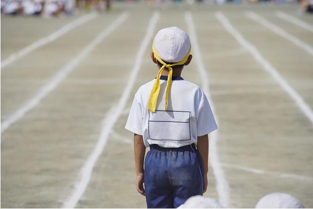 体操着を着た小学生