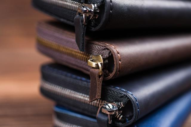 積み重ねた財布