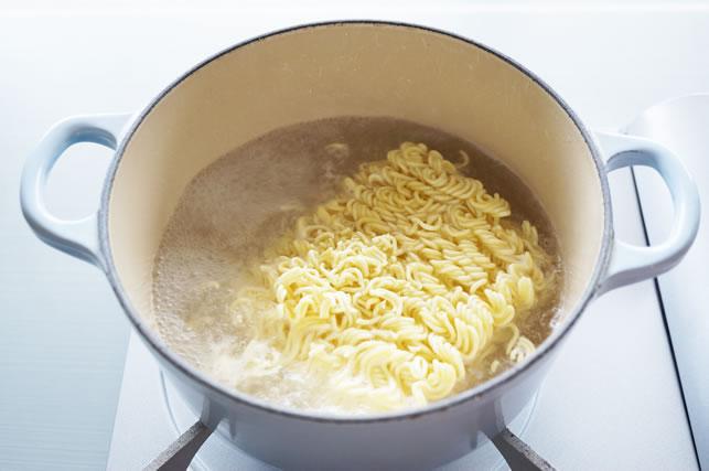鍋の中の袋麺