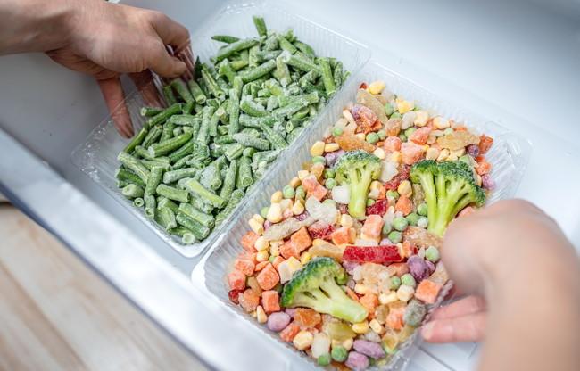 冷凍野菜を取り出す様子