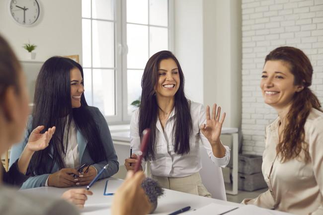 会話を楽しむ女性たち