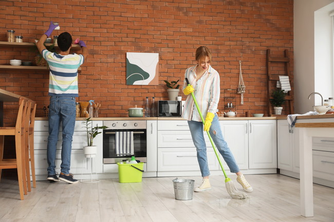 夫婦で掃除をする様子