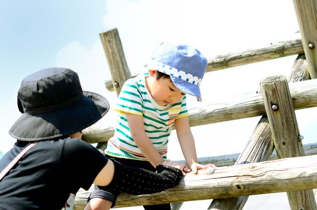 帽子をかぶって遊ぶ親子