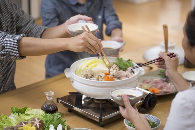 家族で鍋を食べる