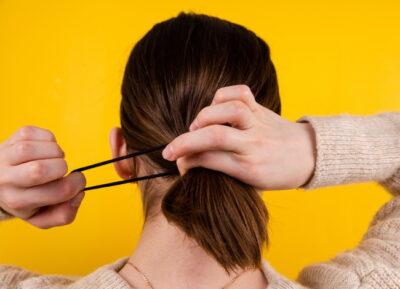 ゴムで髪をまとめている女性