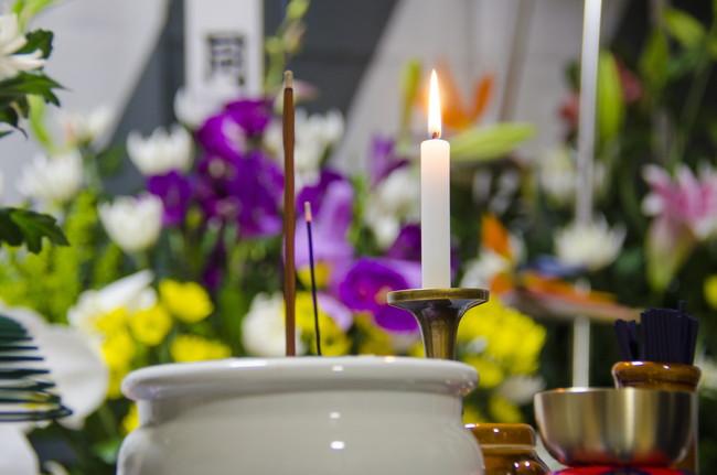故人を弔う通夜・葬式のイメージ