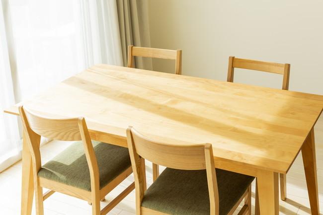 木製のダイニングテーブル