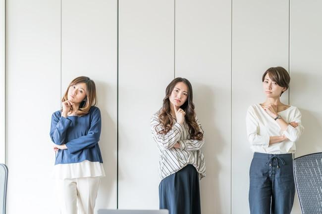 悩んでいる様子の3人の女性