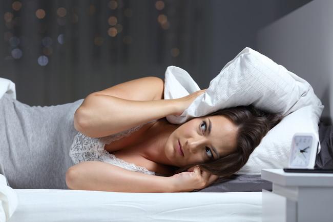 寝る時の騒音に困っている女性