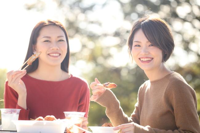 楽しそうに食事をする女性