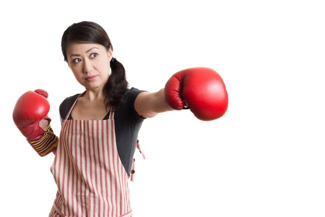 ボクシンググローブをつけている主婦