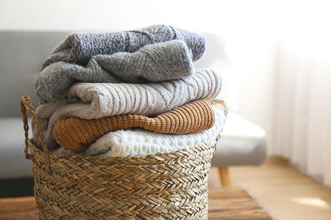 カゴに積まれたセーター