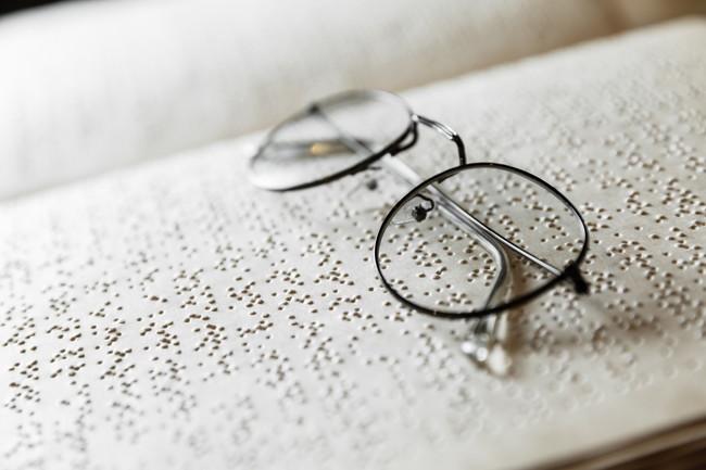 メガネと点字の本