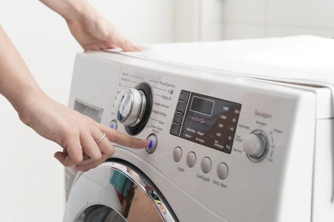 洗濯機の操作をしているところ