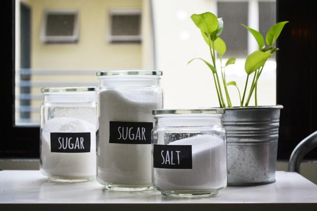保存容器に入った砂糖と塩