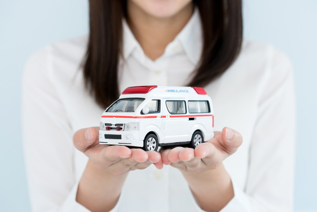 女性と救急車の模型