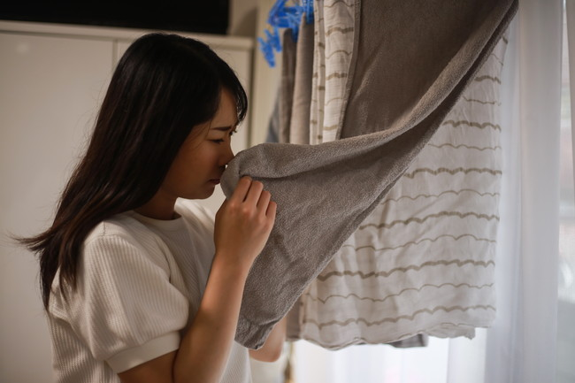生乾きの臭いに悩む女性