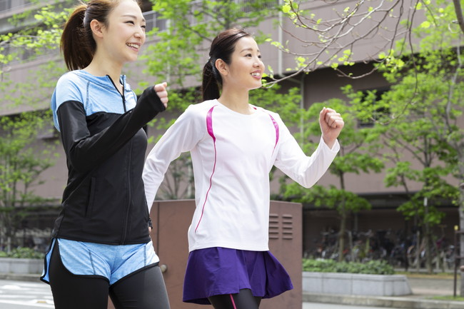 スポーツウエアを着てウォーキングする女性2人