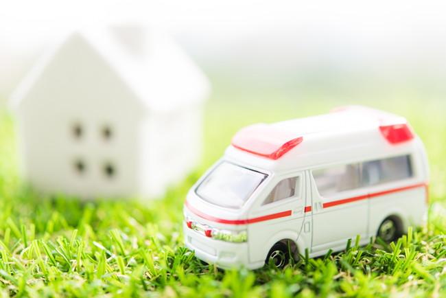 救急車と家の模型