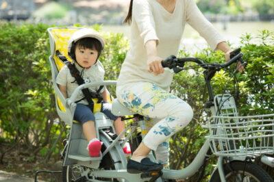 電動自転車に乗る親子