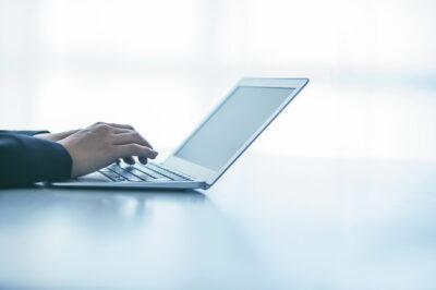 パソコン仕事をする女性