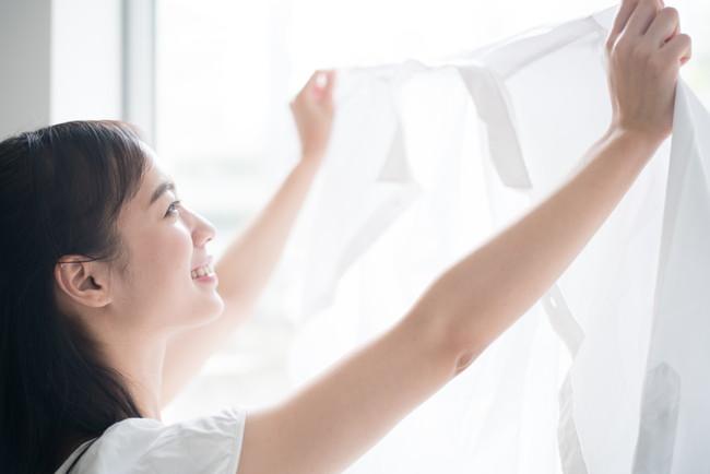 きれいに洗濯ができて笑顔の女性