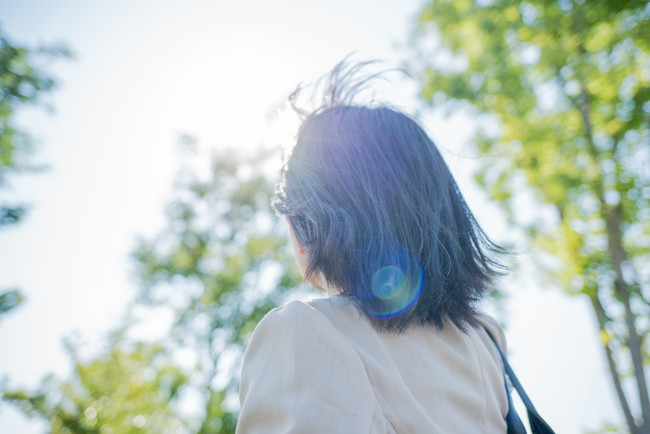 太陽光を浴びる女性