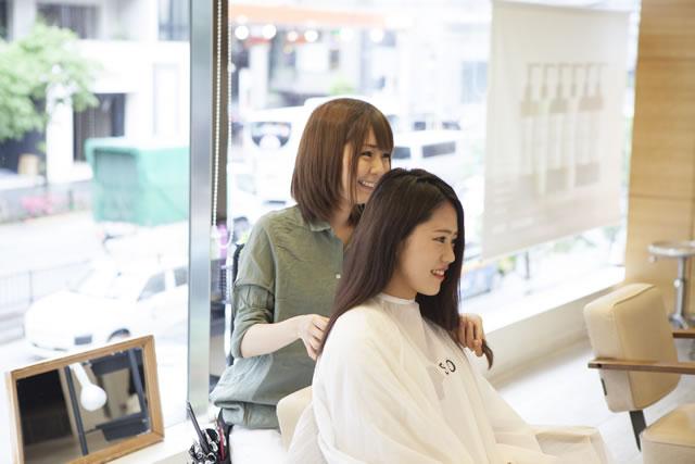 美容師さんとの会話する客