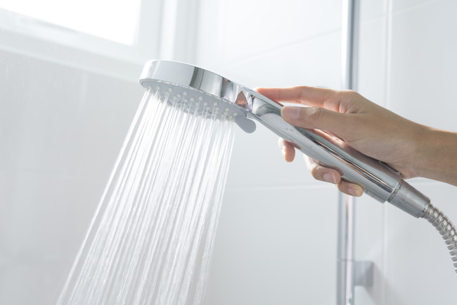 シャワーの水を出す様子
