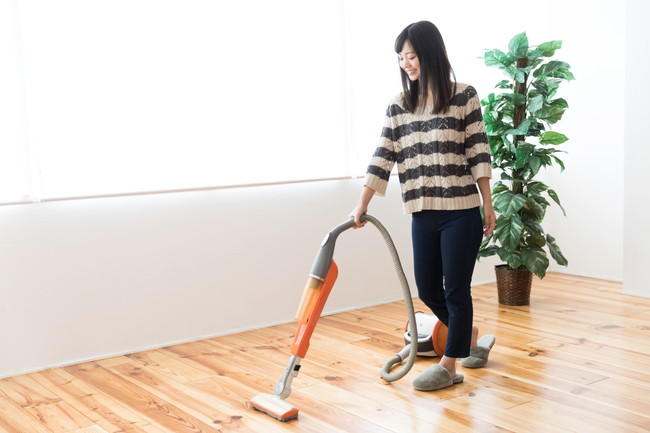 掃除機をかける若い女性
