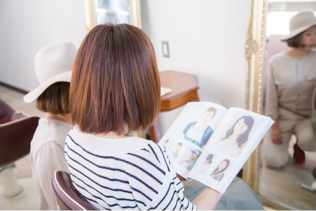 美容院で本を読む女性