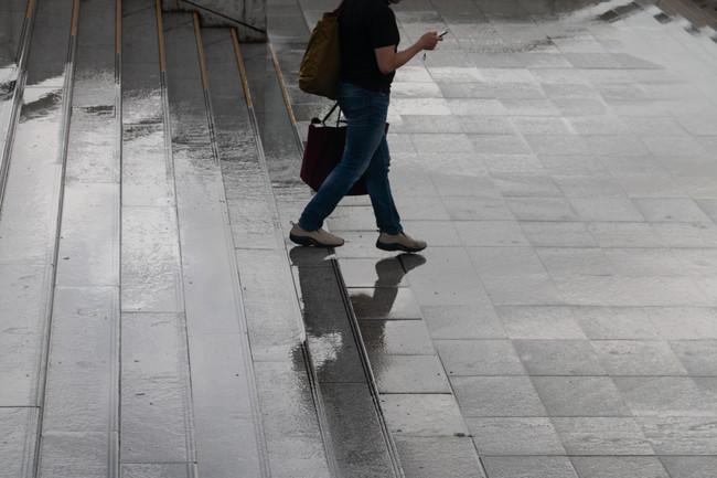 雨の中歩く人