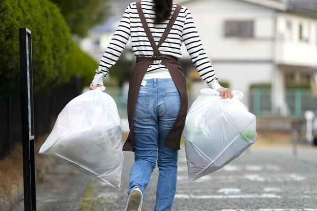 ゴミ捨てに行く主婦