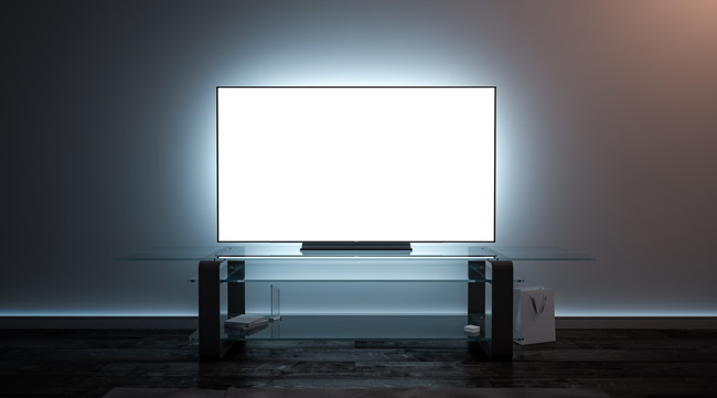 暗い部屋でつけっぱなしのテレビ