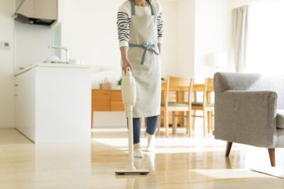 掃除機をかける主婦