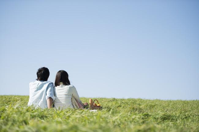 ピクニックを楽しむ夫婦