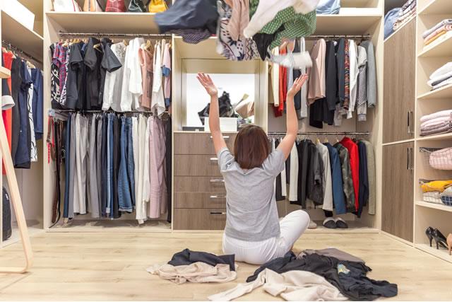 洗濯物を投げる女性