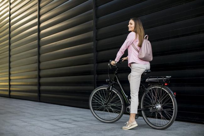 電動自転車に乗る女性
