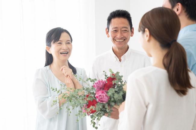 母親に花束を贈る様子