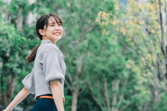 笑顔で出かける女性