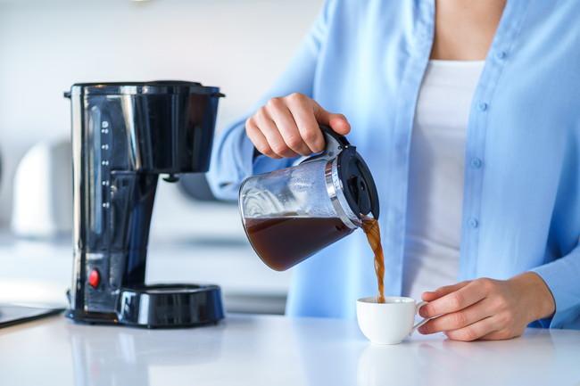 自宅でコーヒーを楽しむ女性