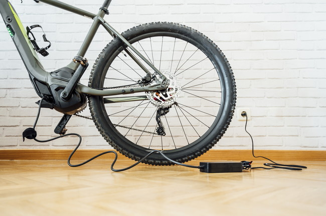 充電中の電動自転車