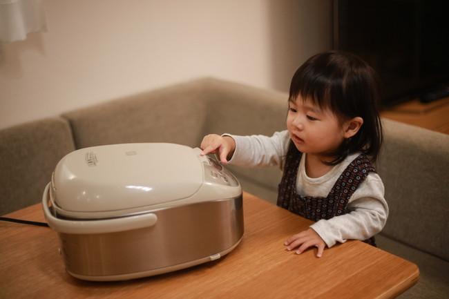 子どもが炊飯器を使う様子